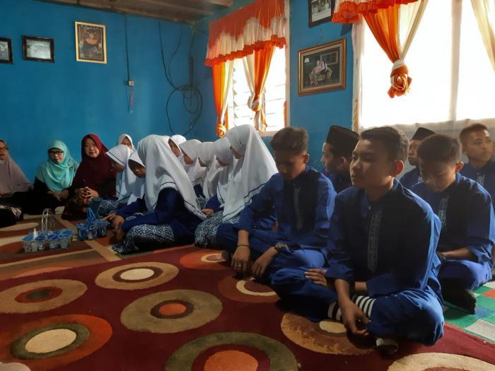 Melalui Takziyah siswa dan guru MTs N 1 Kota Sungai Penuh Berikan Doa dan Dukungan Moril Maupun  Materil kepada siswa yang di Tinggalkan Orang Tuanya